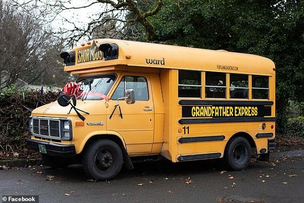 Ông nội mua xe buýt đưa đón 10 đứa cháu đi học - Ảnh 1