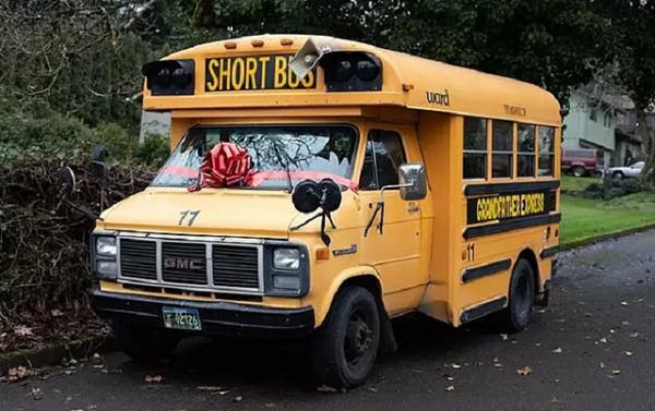 Ông nội mua xe buýt đưa đón 10 đứa cháu đi học - Ảnh 2