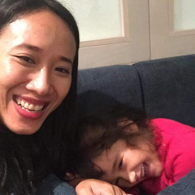Nước mắt hạnh phúc của người mẹ trẻ khi được trả lại con gái sau 4 năm sang Pháp kiện chồng hờ - Ảnh 1