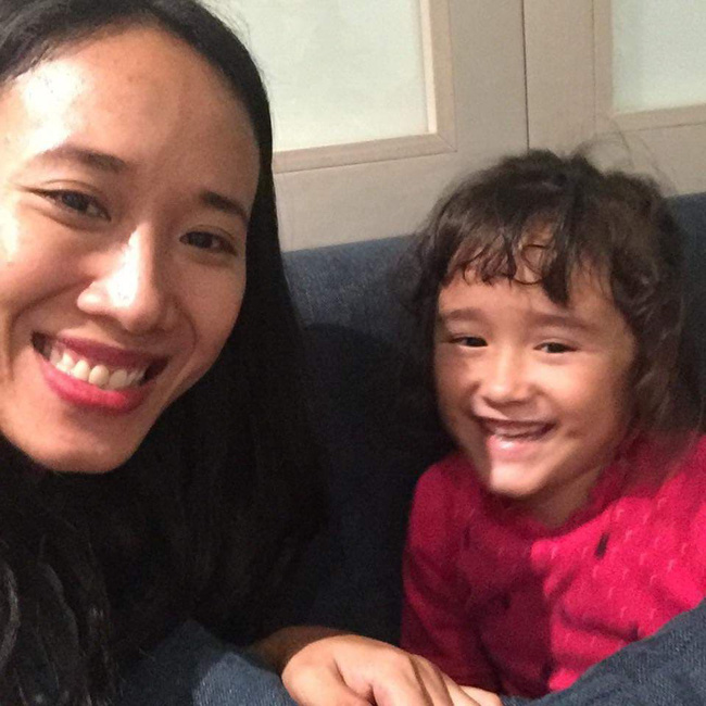 Nước mắt hạnh phúc của người mẹ trẻ khi được trả lại con gái sau 4 năm sang Pháp kiện chồng hờ - Ảnh 4