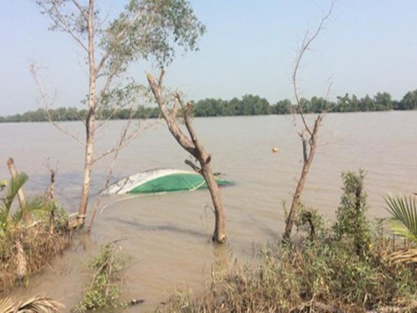 Tàu chở cát lật úp trên sông Tiền, 1 người tử vong - Ảnh 1