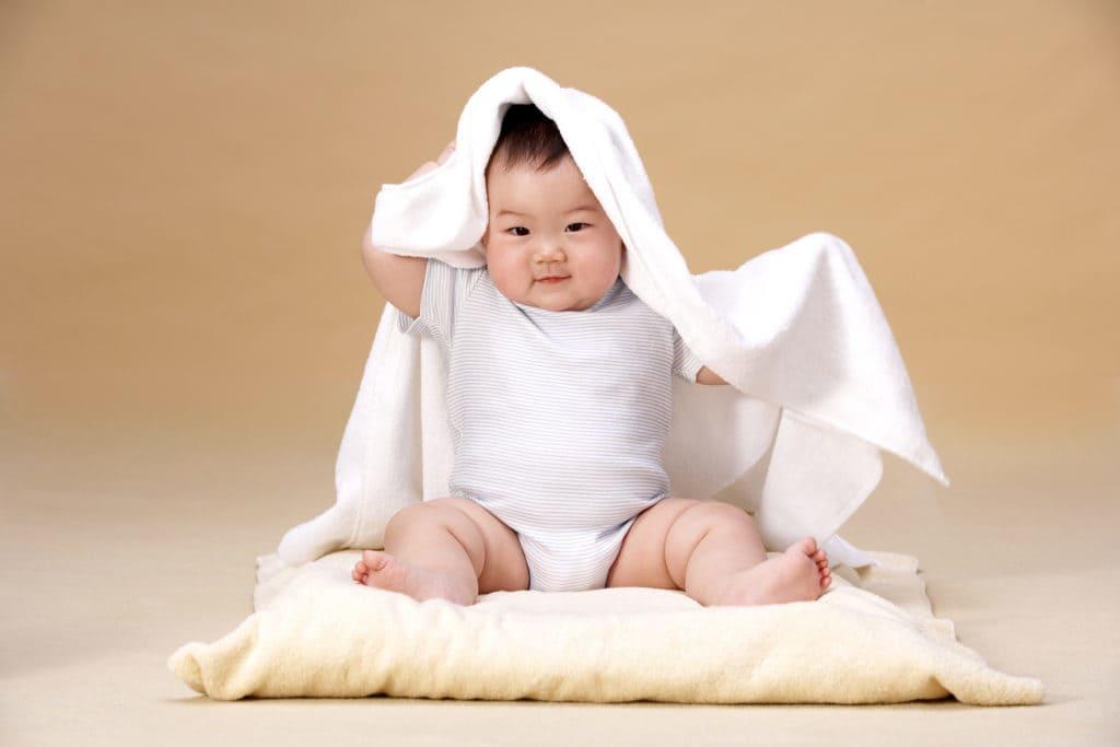 Thời điểm bé biết ngồi và cách luyện tập ngồi cho bé không để ảnh hưởng đến cột sống - Ảnh 1
