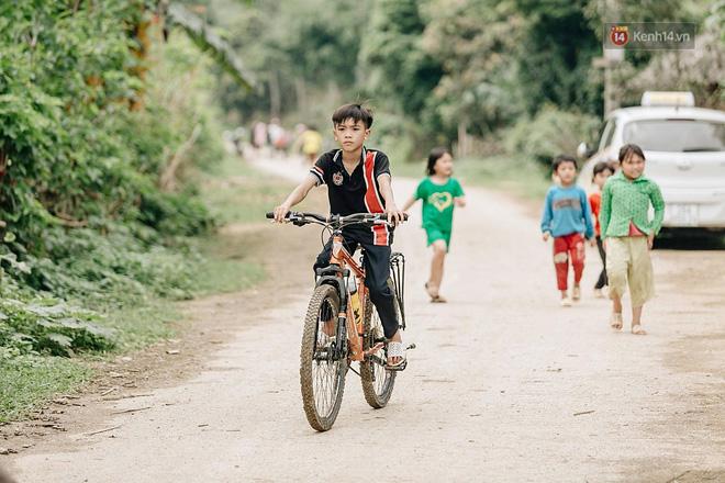 Được tặng thêm một chiếc xe đạp mới sau câu chuyện 'vượt 100km thăm em', cậu bé 13 tuổi nhường lại cho bạn khó khăn hơn - Ảnh 1