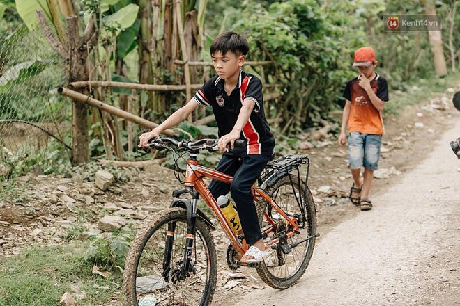 Được tặng thêm một chiếc xe đạp mới sau câu chuyện 'vượt 100km thăm em', cậu bé 13 tuổi nhường lại cho bạn khó khăn hơn - Ảnh 4