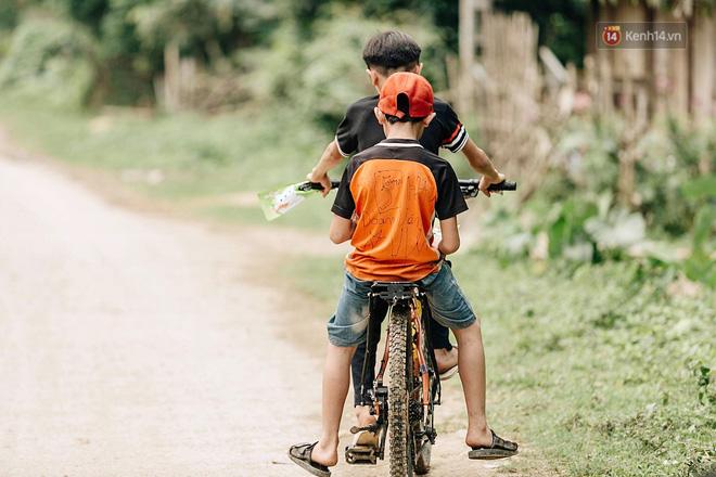 Được tặng thêm một chiếc xe đạp mới sau câu chuyện 'vượt 100km thăm em', cậu bé 13 tuổi nhường lại cho bạn khó khăn hơn - Ảnh 5