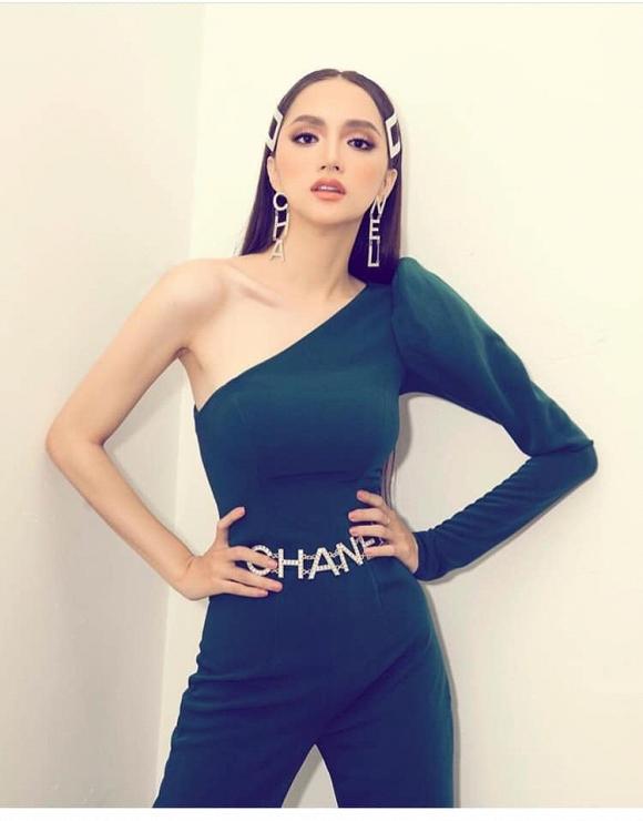 Hoa hậu Hương Giang bị dân mạng nghi ngờ 'cắt xương sườn' vì phô vòng eo nhỏ chẳng kém Ngọc Trinh - Ảnh 3