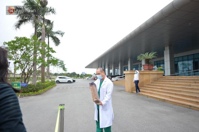 Ảnh: Bệnh nhân thứ 17 và 26 ca mắc Covid-19 khác được xuất viện sáng nay tại BV Bệnh nhiệt đới TW - Ảnh 12