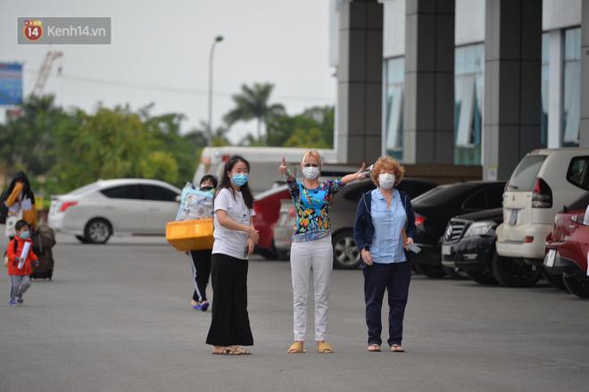 Ảnh: Bệnh nhân thứ 17 và 26 ca mắc Covid-19 khác được xuất viện sáng nay tại BV Bệnh nhiệt đới TW - Ảnh 9