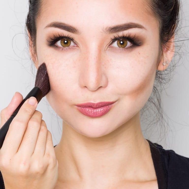 Hướng dẫn chị em 3 cách tạo khối cho khuôn mặt trở nên thon gọn hoàn hảo - Ảnh 1