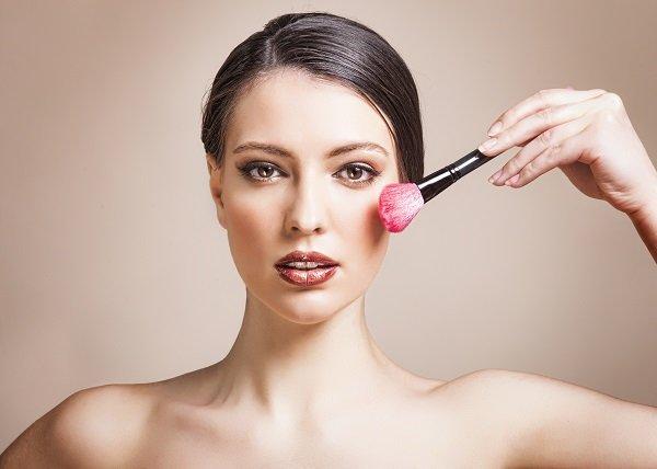 Hướng dẫn chị em 3 cách tạo khối cho khuôn mặt trở nên thon gọn hoàn hảo - Ảnh 2