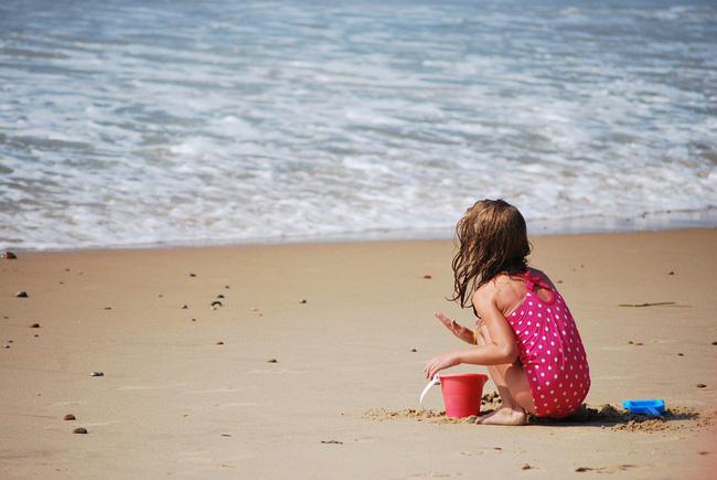 Không ngờ việc cho trẻ ra biển chơi lại có những lợi ích hay ho như thế này theo giải thích của các chuyên gia - Ảnh 2