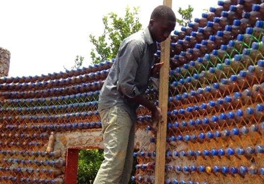 Xây nhà bằng chai nhựa, ý tưởng 'điên rồ' có thể cứu thế giới - Ảnh 1
