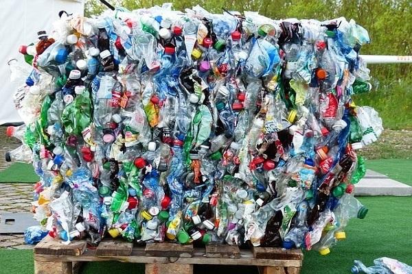 Xây nhà bằng chai nhựa, ý tưởng 'điên rồ' có thể cứu thế giới - Ảnh 2