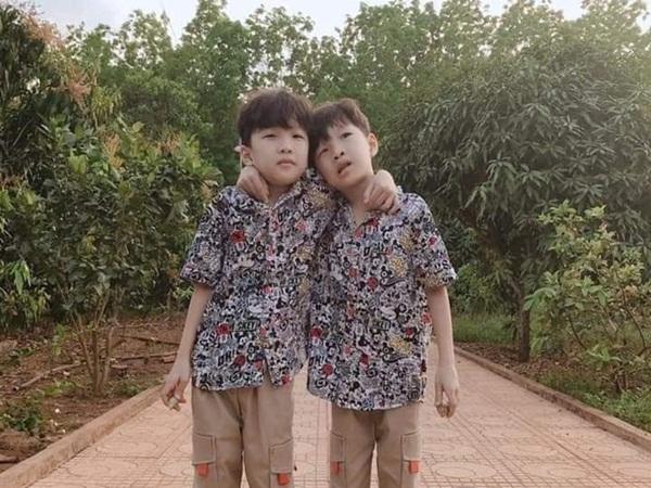 Đã tìm thấy 2 bé trai sinh đôi 7 tuổi tại một căn chòi trong rẫy cao su, cách nhà khoảng 1km - Ảnh 1