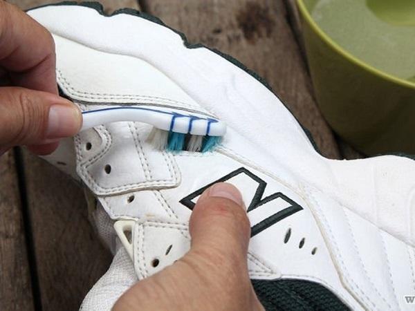 Giày trắng đi quanh năm vẫn như mới nhờ bí quyết vừa rẻ vừa nhanh gọn này - Ảnh 1