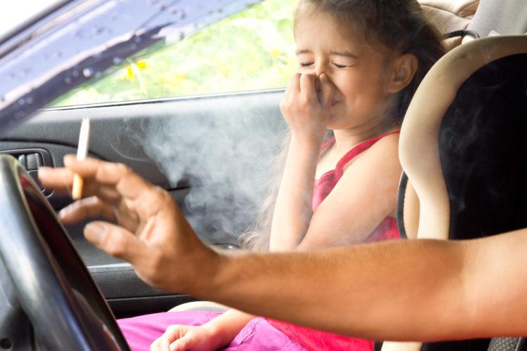 Tác hại khôn lường khi trẻ hút thuốc lá thụ động nhưng người lớn chẳng mảy may để ý - Ảnh 1