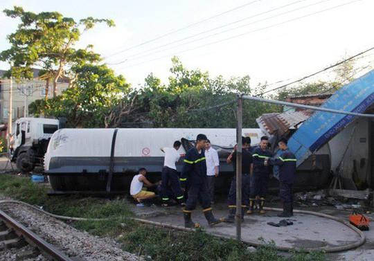 Tai nạn kinh hãi, xe bồn chở gas bị tàu hỏa tông téc gas bay vào nhà dân - Ảnh 1
