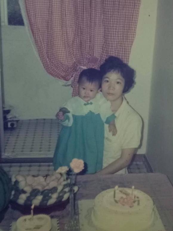 Hari Won gây bất ngờ với nhan sắc thuở tròn 1 tuổi bên mẹ ruột - Ảnh 1