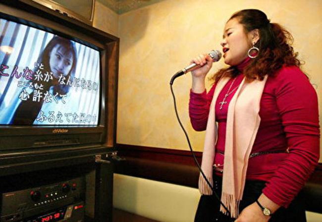 Người phụ nữ 50 tuổi bị vỡ mạch máu não, nhập viện cấp cứu chỉ vì gắng sức hát karaoke quá cao - Ảnh 1