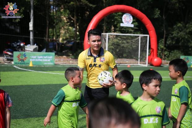 Quang Hải làm thầy giáo dạy trẻ em ở quê đá bóng, lần đầu khoe ảnh bên Huỳnh Anh sau scandal bị hack Facebook - Ảnh 1