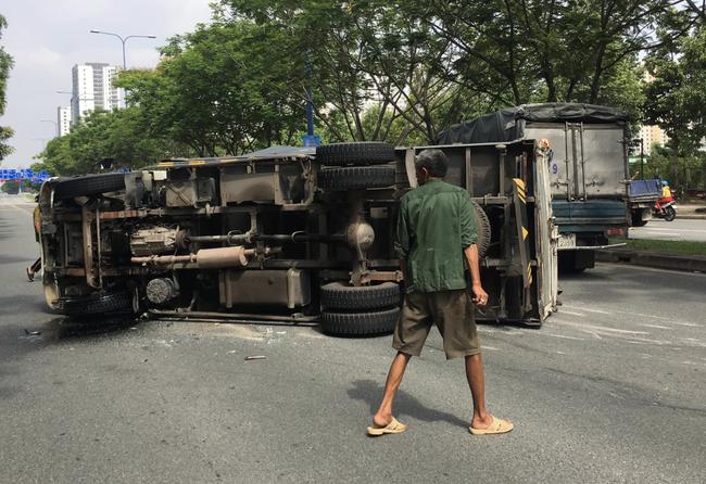 TP.HCM: Tai nạn liên hoàn 4 xe khiến ô tô tải lật ngang đường, 2 cháu bé may mắn thoát chết - Ảnh 1