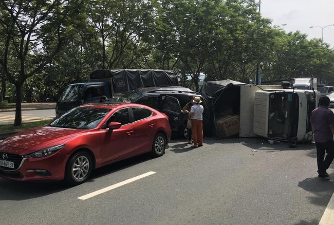 TP.HCM: Tai nạn liên hoàn 4 xe khiến ô tô tải lật ngang đường, 2 cháu bé may mắn thoát chết - Ảnh 2