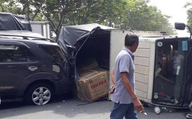 TP.HCM: Tai nạn liên hoàn 4 xe khiến ô tô tải lật ngang đường, 2 cháu bé may mắn thoát chết - Ảnh 3