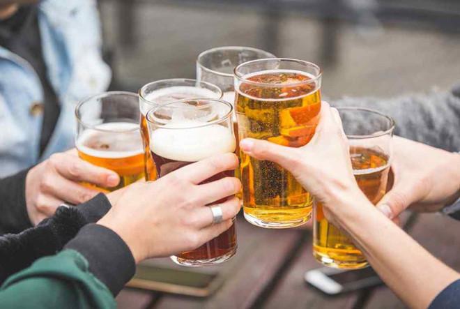 Chuyên gia khuyến cáo 4 điều cấm kị và 5 kiểu người không nên uống bia - Ảnh 1
