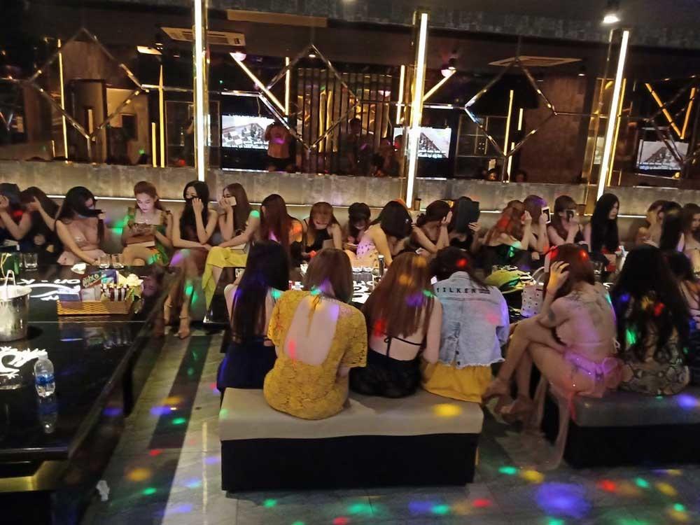 Cảnh đời nữ tiếp viên ở những tụ điểm ăn chơi nổi tiếng Sài Gòn - Ảnh 1