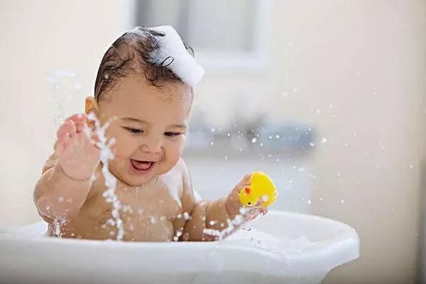 Chưa đầy 3 phút, bé 1 tuổi đã gặp nạn trong phòng tắm và những lưu ý bố mẹ không thể bỏ qua khi tắm cho trẻ - Ảnh 2