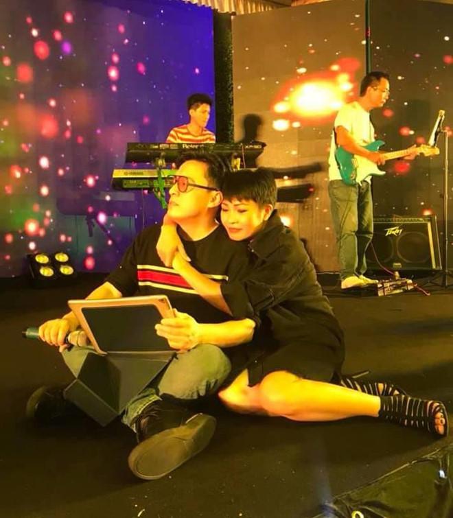 Phương Thanh ôm Lam Trường tình cảm ở buổi tập khiến fan thích thú - Ảnh 1