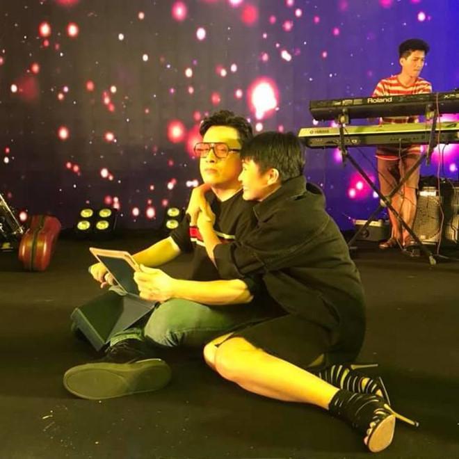 Phương Thanh ôm Lam Trường tình cảm ở buổi tập khiến fan thích thú - Ảnh 2