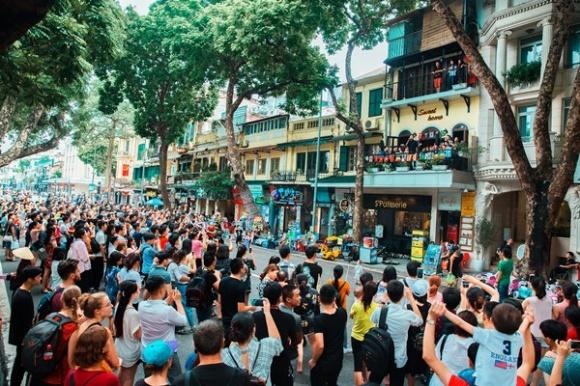 Fan vây kín nhà Tuấn Hưng sau trận đấu bán kết của Olympic Việt Nam vì điều này - Ảnh 1