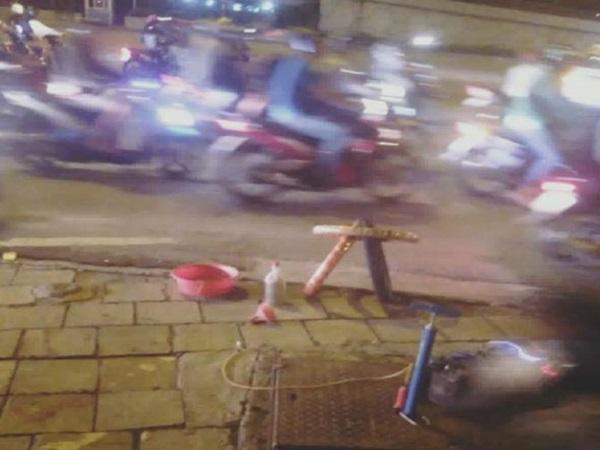 Người đàn ông chở theo vợ và con nhỏ đi 'bão' ức hiếp cụ già vá xe bên lề đường gây bức xúc  - Ảnh 1