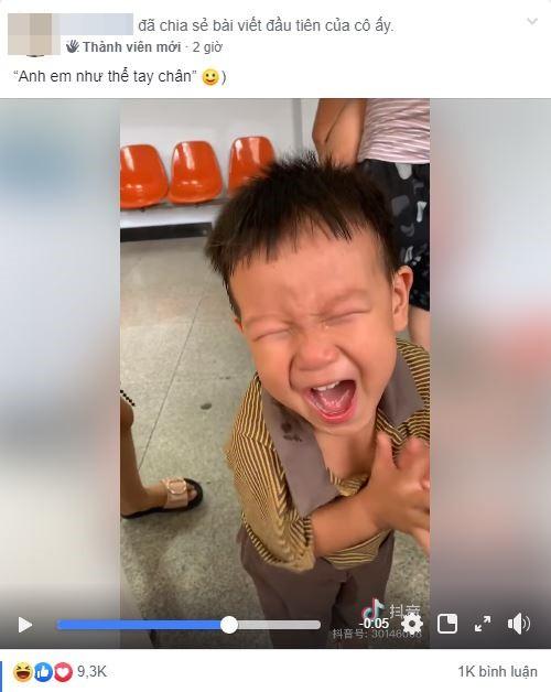 Còn chưa ráo nước mắt vì đi tiêm, cậu bé đã khiến ai nấy phì cười với màn 'ăn mừng' khi thấy em mình cũng bị đau - Ảnh 1