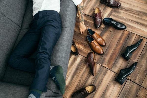 Tặng giày cho bạn trai thể hiện sự quan tâm và mong muốn đồng hành cùng chàng