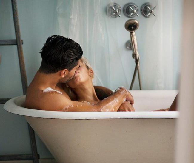 4 bí quyết 'nóng' giúp các cặp vợ chồng ân ái ngay cả khi con nhỏ không rời nửa bước - Ảnh 2