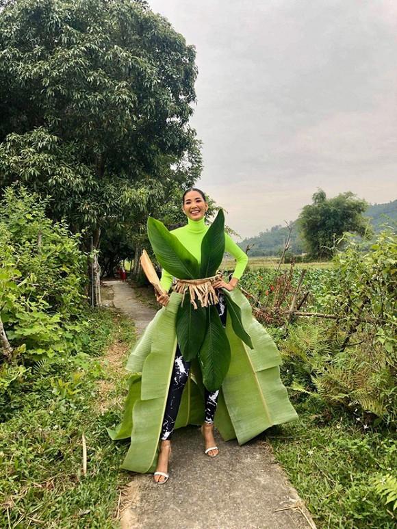 Hoàng Thùy chứng tỏ độ 'mặn' khi diện trang phục cuốn toàn lá chuối đúng ngày Halloween - Ảnh 1
