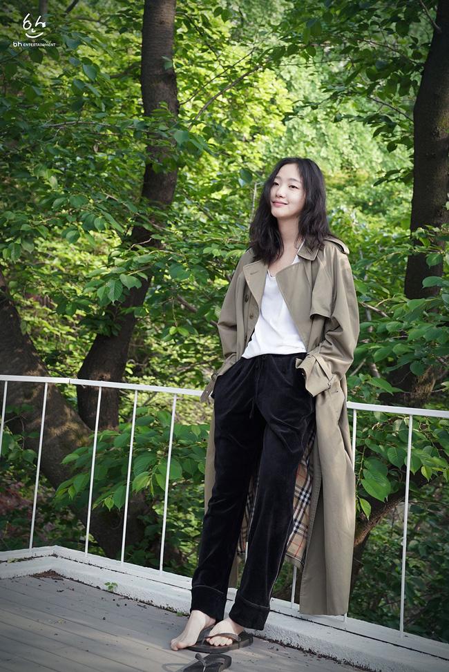 Những cách diện trench coat thanh lịch cá tính từ các kiều nữ Hàn dành cho nàng công sở ngoài 30 - Ảnh 14