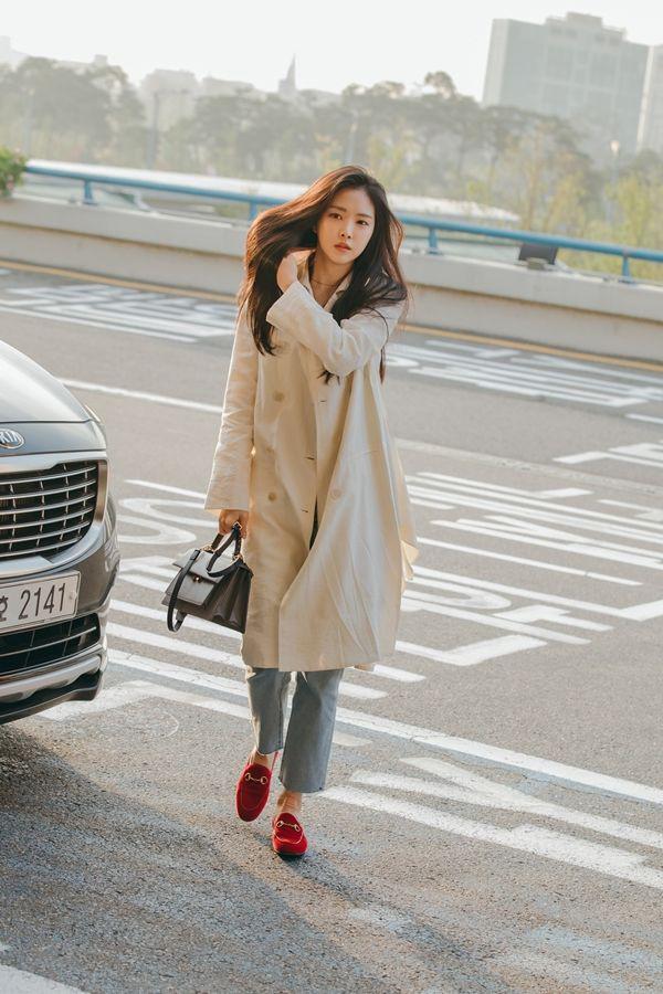 Những cách diện trench coat thanh lịch cá tính từ các kiều nữ Hàn dành cho nàng công sở ngoài 30 - Ảnh 3