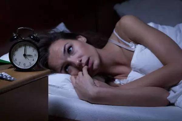Một thói quen trước khi đi ngủ khiến vợ chồng khó có thai, trẻ dậy thì sớm dễ ốm đau - Ảnh 2