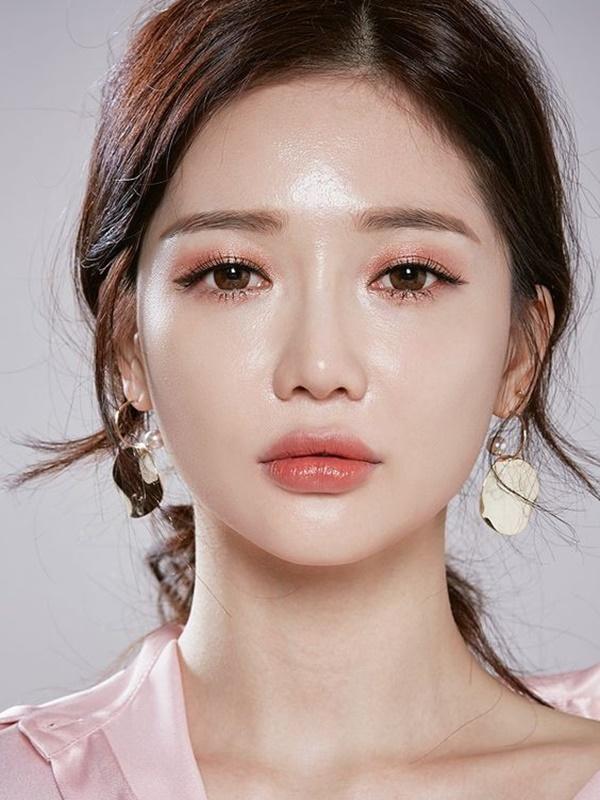 2 tuyệt chiêu trang điểm đôi mắt long lanh của hotgirl Hàn chuẩn bị đón năm mới - Ảnh 1