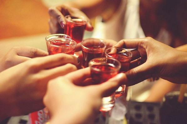 Đỏ mặt khi uống rượu: Tưởng bình thường nhưng lại cực nguy hiểm - Ảnh 1