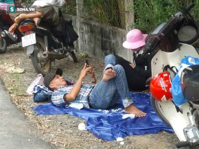Quân đội vây ráp truy bắt hung thủ vụ nổ súng khiến 5 người chết, người dân ùn ùn kéo đến trải bạt để... nằm xem - Ảnh 3