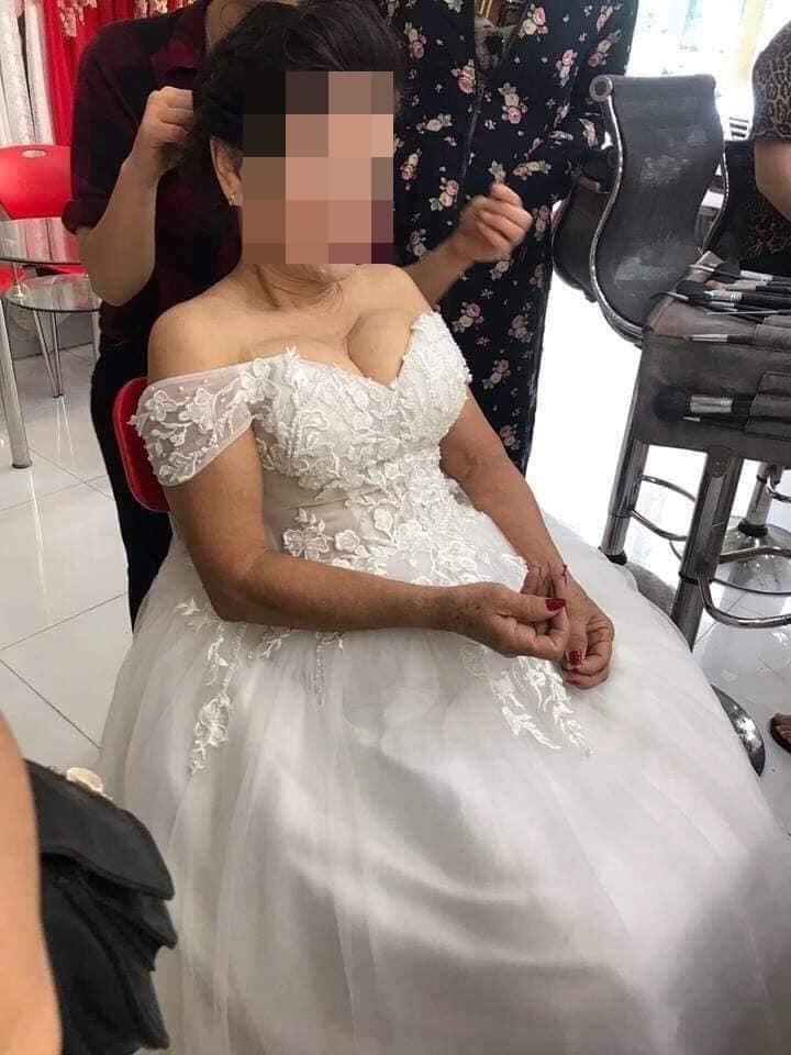 Cô dâu 75 tuổi ở Nghệ An khoe vòng một gợi cảm khiến dân mạng tranh cãi - Ảnh 2
