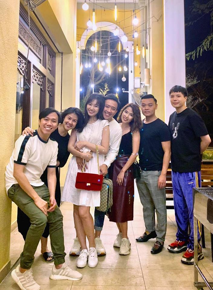 Fan phát hiện điều bất ngờ trong ảnh vợ chồng Trấn Thành đi chơi cùng hội bạn - Ảnh 3