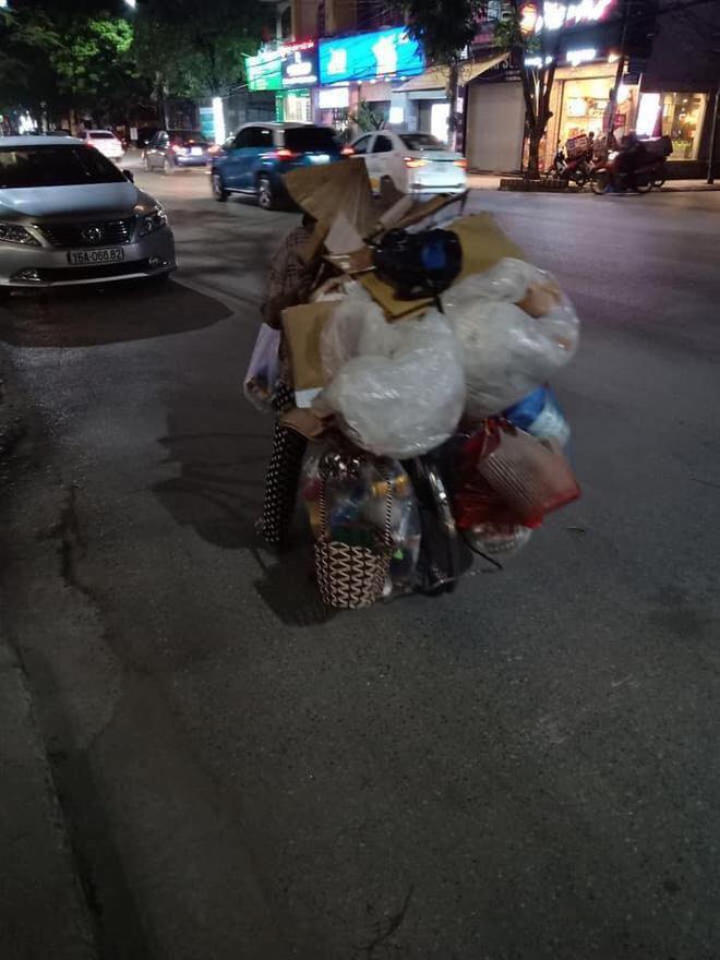 Mẹ bầu vất vả địu con đi nhặt rác kiếm sống cùng câu nói khiến nhiều người nể phục - Ảnh 2