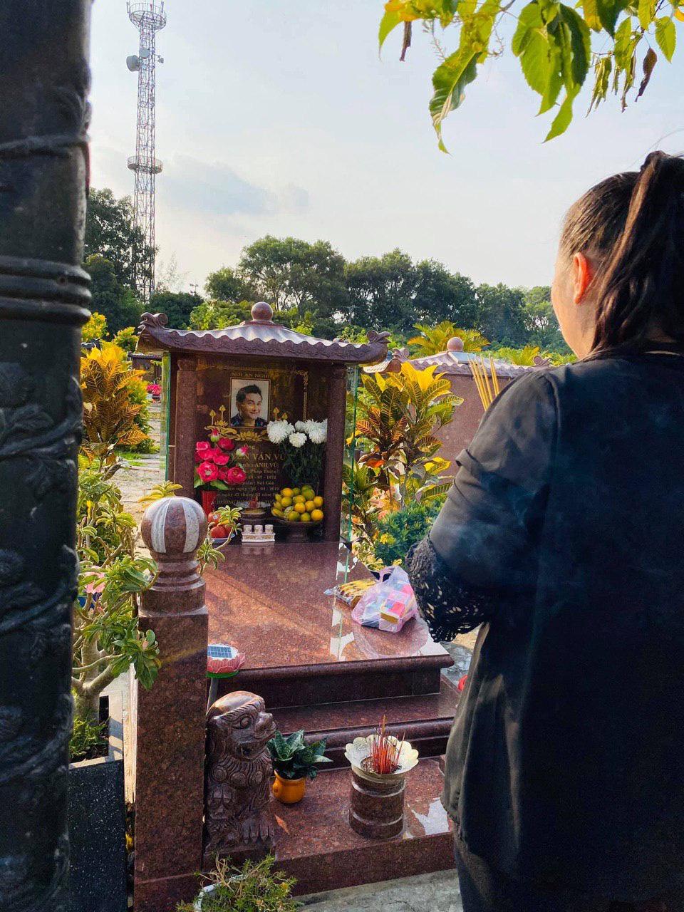 1 năm ngày mất, NSND Hồng Vân một mình đến viếng mộ cố nghệ sĩ Anh Vũ: Người đã ra đi nhưng cái tình còn mãi! - Ảnh 1