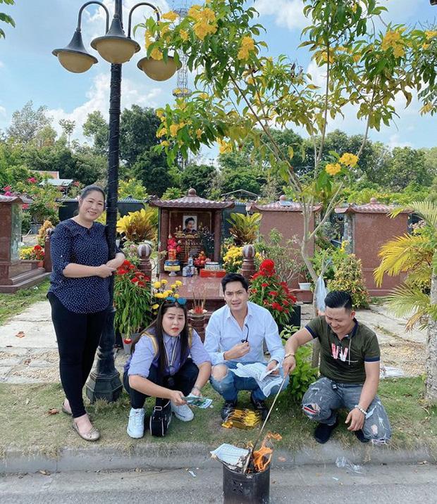 1 năm ngày mất, NSND Hồng Vân một mình đến viếng mộ cố nghệ sĩ Anh Vũ: Người đã ra đi nhưng cái tình còn mãi! - Ảnh 3