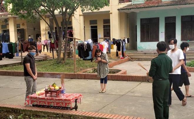 Cha qua đời, nam thanh niên lập bàn thờ chịu tang trong khu cách ly ở Nghệ An - Ảnh 1